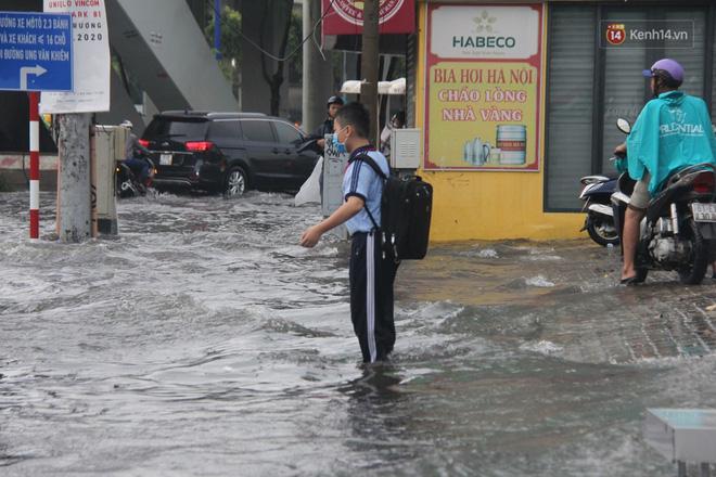 Đường phố Sài Gòn ngập lênh láng sau cơn mưa lớn, người dân khổ sở dắt xe lội nước trên đường - Ảnh 7