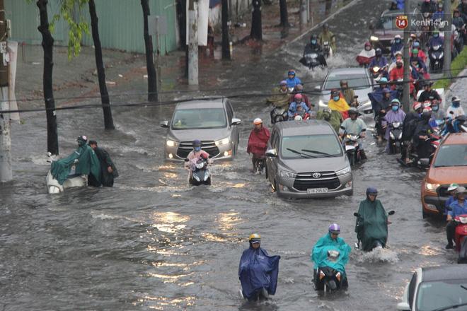 Đường phố Sài Gòn ngập lênh láng sau cơn mưa lớn, người dân khổ sở dắt xe lội nước trên đường - Ảnh 8
