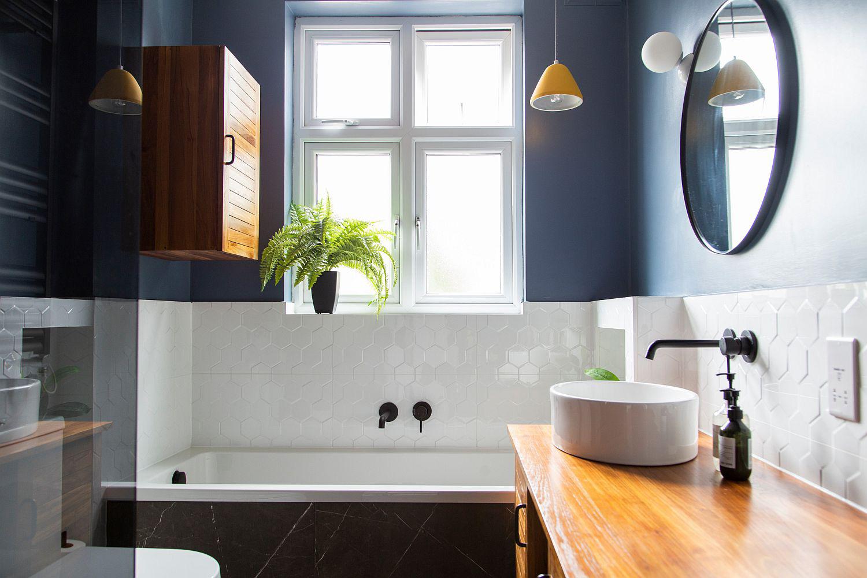 Phòng tắm mùa hè trở nên 'mát lịm' với hai gam màu trắng - xanh - Ảnh 1