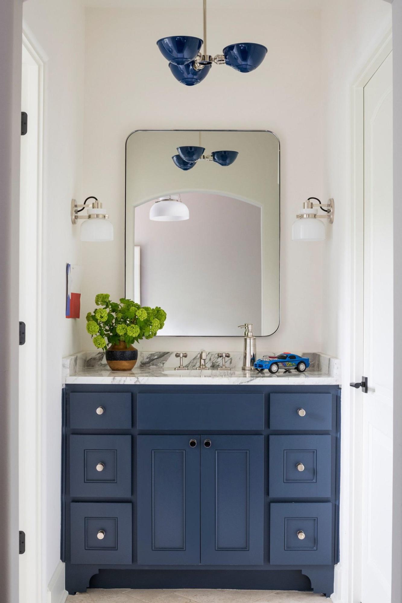 Phòng tắm mùa hè trở nên 'mát lịm' với hai gam màu trắng - xanh - Ảnh 4