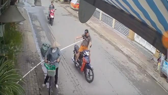 Đăk Lăk: Ninja nón lá tung gậy như ý hạ gục một tài xế xe máy - Ảnh 1