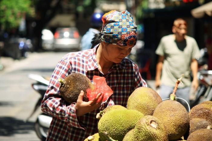 Xót cảnh người lao động nghèo oằn mình mưu sinh dưới cái nắng hơn 40 độ ở Hà Nội - Ảnh 1