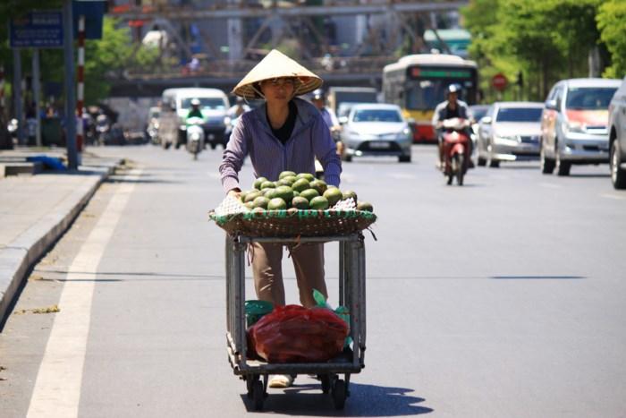 Xót cảnh người lao động nghèo oằn mình mưu sinh dưới cái nắng hơn 40 độ ở Hà Nội - Ảnh 2