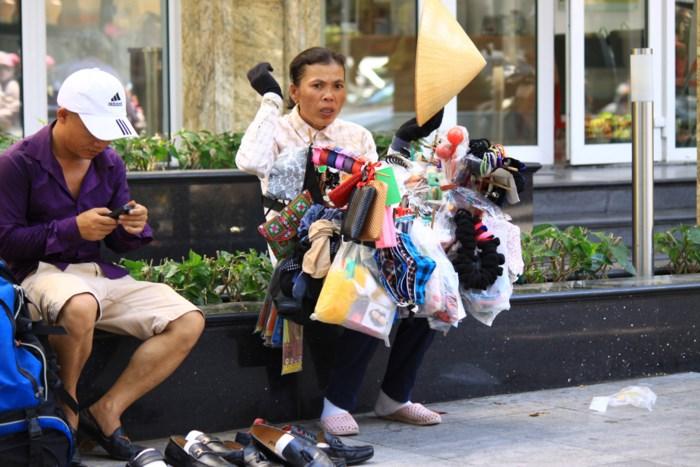 Xót cảnh người lao động nghèo oằn mình mưu sinh dưới cái nắng hơn 40 độ ở Hà Nội - Ảnh 3
