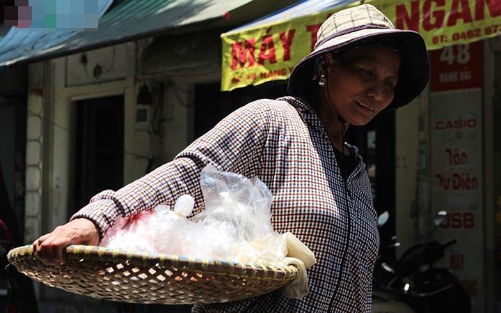 Xót cảnh người lao động nghèo oằn mình mưu sinh dưới cái nắng hơn 40 độ ở Hà Nội - Ảnh 4