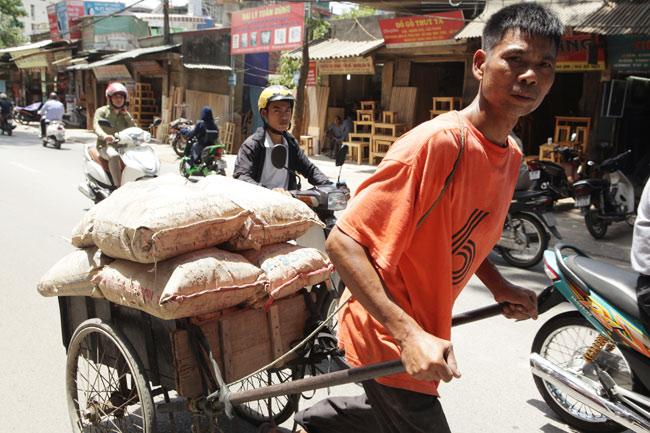 Xót cảnh người lao động nghèo oằn mình mưu sinh dưới cái nắng hơn 40 độ ở Hà Nội - Ảnh 5