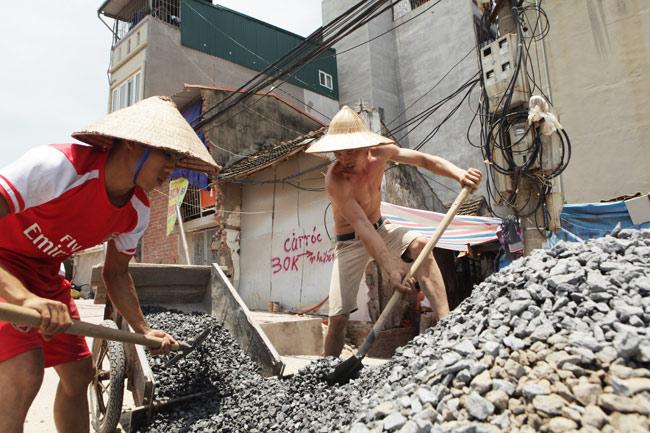 Xót cảnh người lao động nghèo oằn mình mưu sinh dưới cái nắng hơn 40 độ ở Hà Nội - Ảnh 6