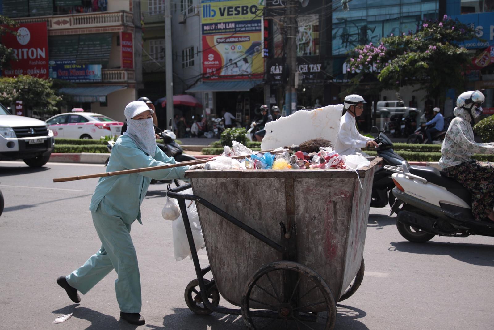 Xót cảnh người lao động nghèo oằn mình mưu sinh dưới cái nắng hơn 40 độ ở Hà Nội - Ảnh 8