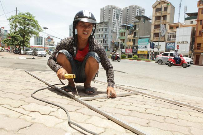 Xót cảnh người lao động nghèo oằn mình mưu sinh dưới cái nắng hơn 40 độ ở Hà Nội - Ảnh 7