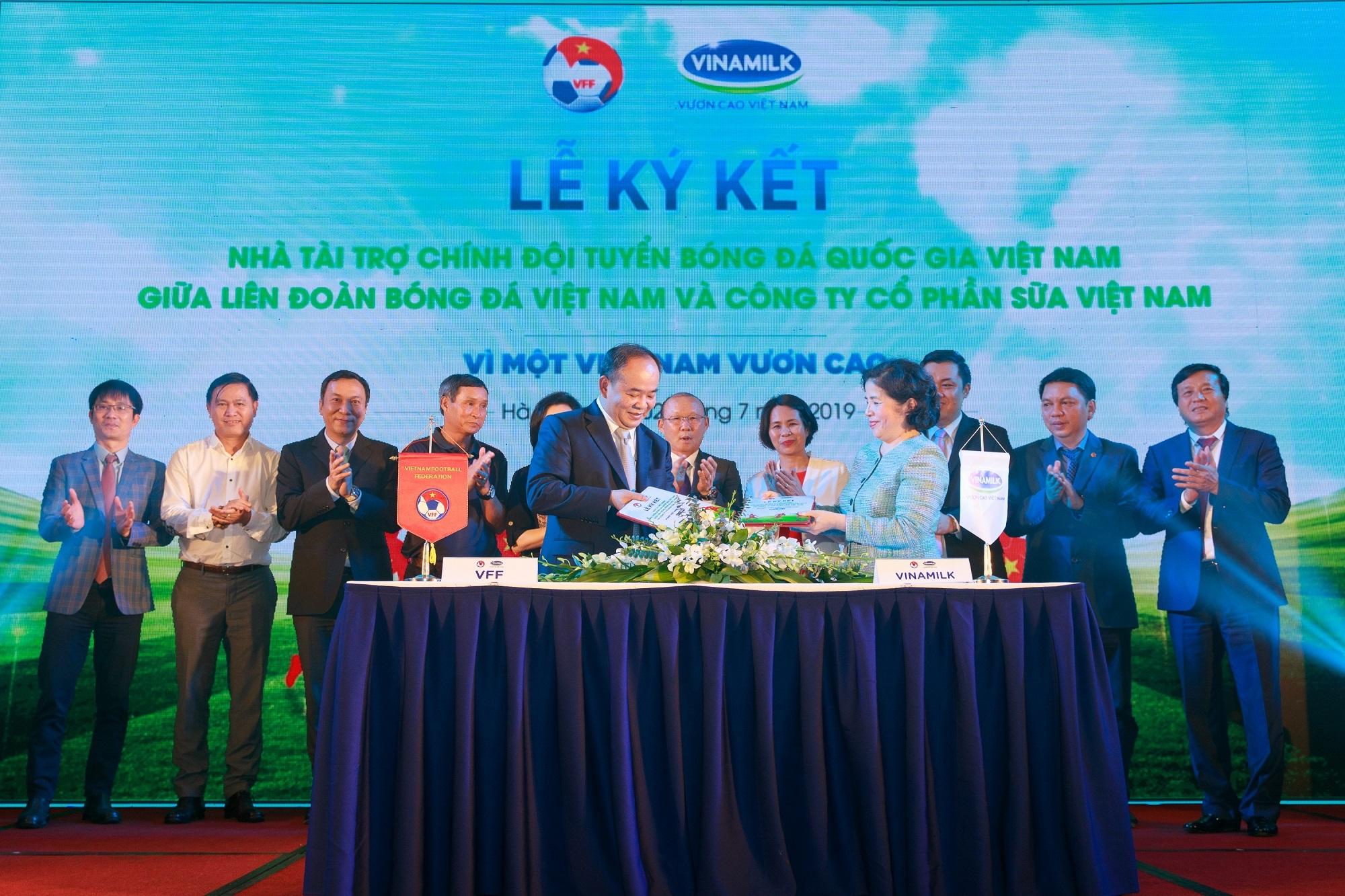 Vinamilk tài trợ chính thức cho các đội tuyển bóng đá quốc gia vì một Việt Nam vươn cao - Ảnh 1