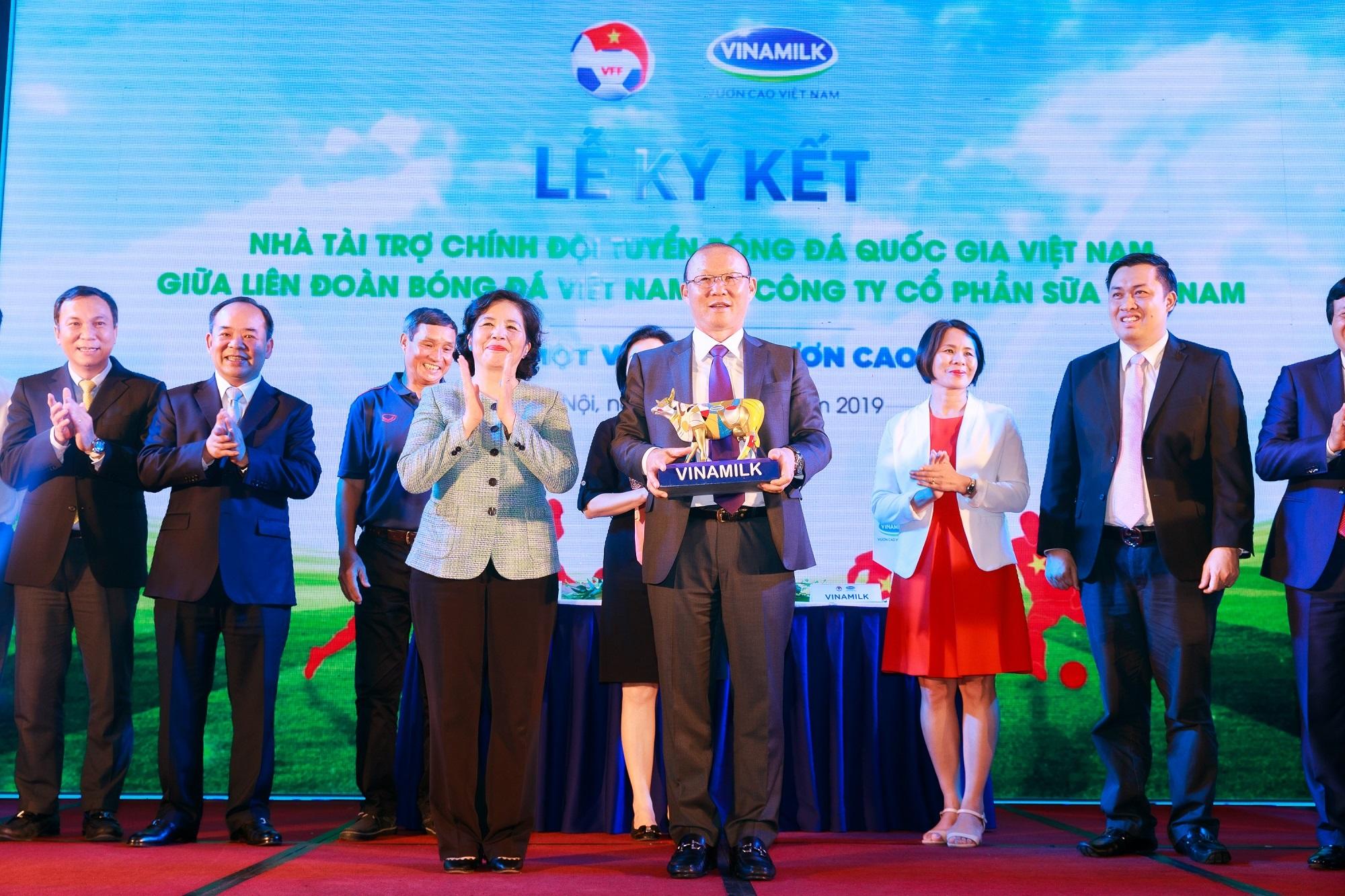 Vinamilk tài trợ chính thức cho các đội tuyển bóng đá quốc gia vì một Việt Nam vươn cao - Ảnh 2