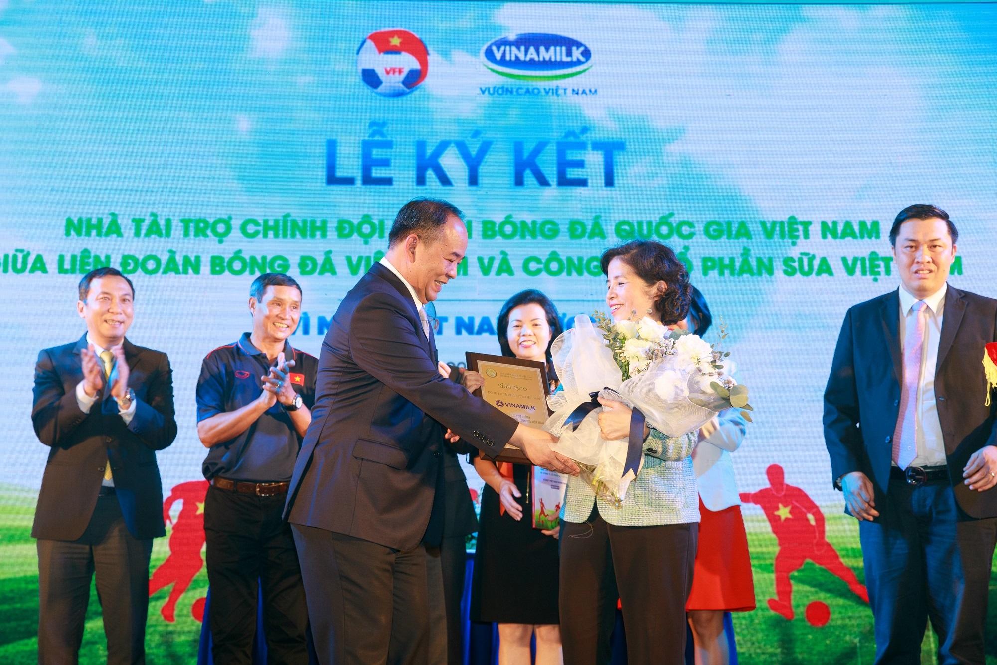 Vinamilk tài trợ chính thức cho các đội tuyển bóng đá quốc gia vì một Việt Nam vươn cao - Ảnh 3