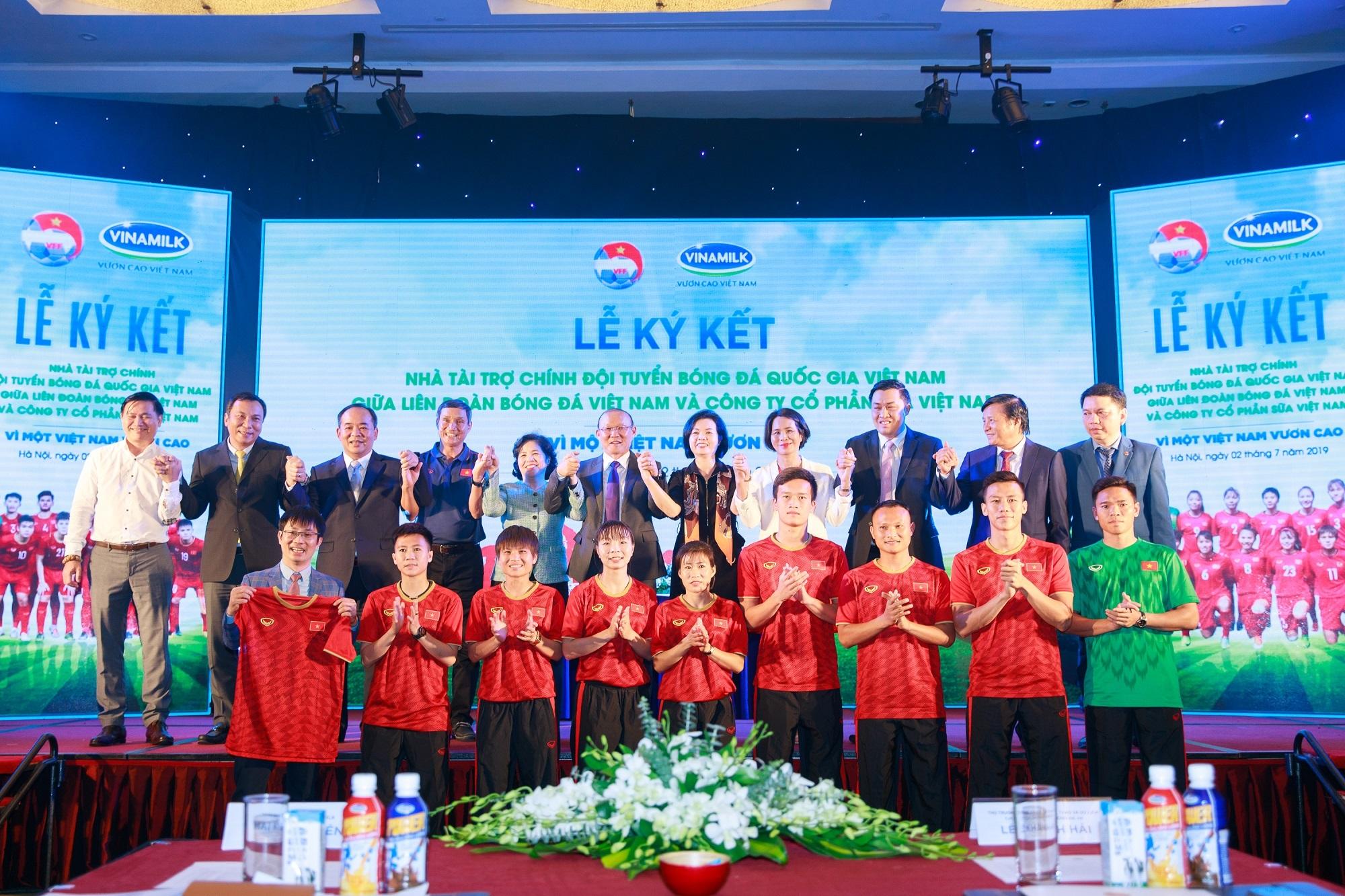 Vinamilk tài trợ chính thức cho các đội tuyển bóng đá quốc gia vì một Việt Nam vươn cao - Ảnh 4