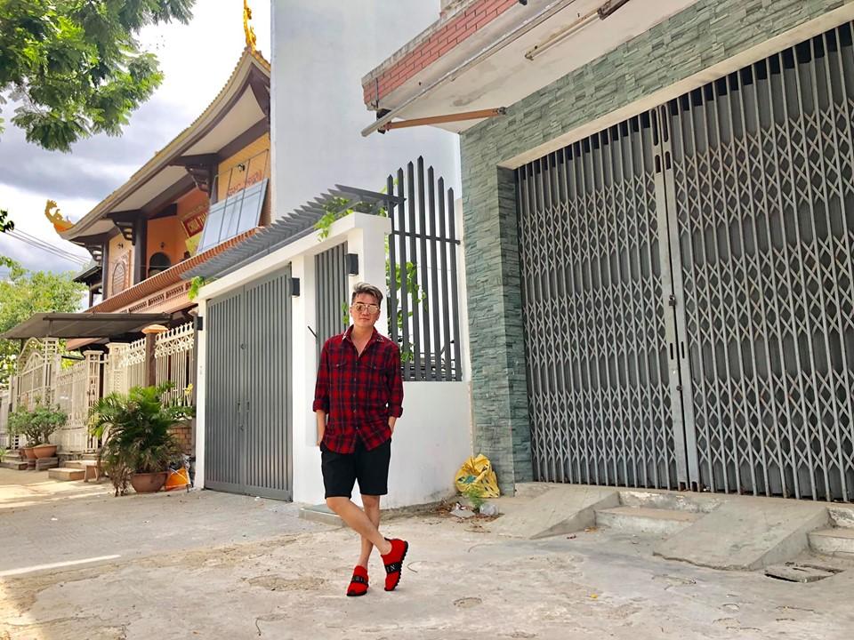"""Đàm Vĩnh Hưng đứng trước nhà Mỹ Tâm ở Đà Nẵng: """"Muốn mua căn này quá"""" - Ảnh 1"""