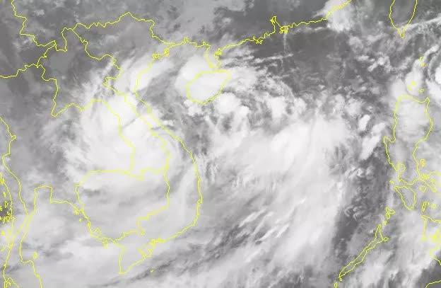Áp thấp nhiệt đới vừa đổ bộ đất liền lại đổi hướng ngược ra Biển Đông - Ảnh 2