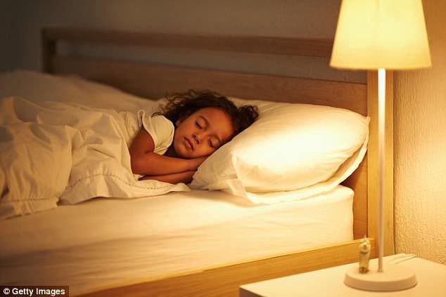 Con 7 tuổi có kinh nguyệt, tương lai chỉ cao 1m5, mẹ khóc òa vì do bật đèn khi ngủ - Ảnh 3