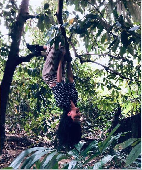 H'Hen Niê tung ảnh đu ngược cành cây, fan bất ngờ réo tên bản hit mới của Bích Phương - Ảnh 1
