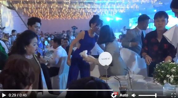 Clip: Thái độ khó chịu của Trấn Thành khi Hari Won bị đổ nước lên người tại tiệc sinh nhật Mr Đàm - Ảnh 3