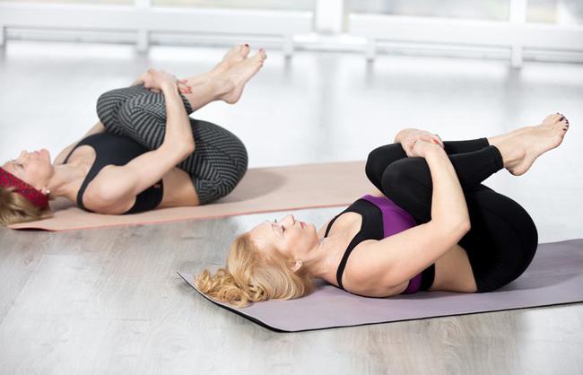Những bài tập yoga cơ bản giúp bạn vừa giảm cân lại có thể ngăn ngừa táo bón - Ảnh 1