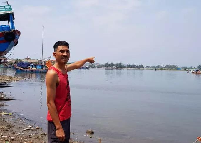 Người đàn ông vứt xe 3 gác lao xuống sông cứu 5 cháu nhỏ đuối nước - Ảnh 1