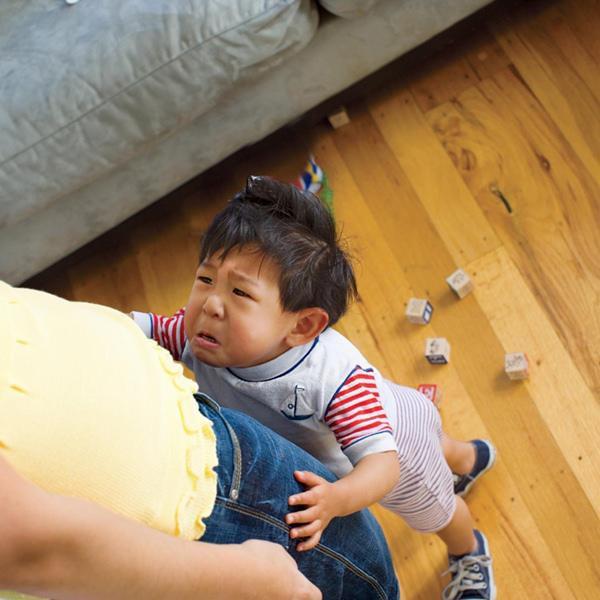 Con ngã va đầu vào bàn rồi nằm lăn ra khóc, bố chỉ nói 1 câu đơn giản mà cậu bé đỏ bừng mặt, thôi không khóc lóc ăn vạ ngay lập tức - Ảnh 1