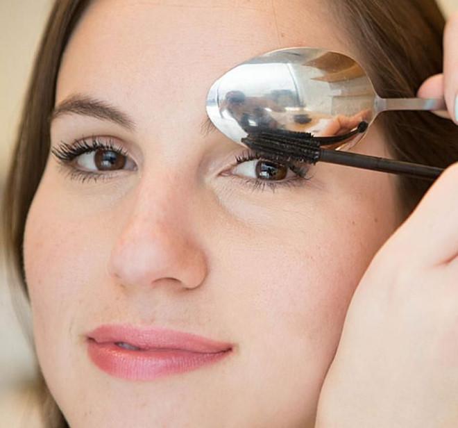 Dùng thìa che mắt và 6 mẹo giúp việc make up trở nên dễ dàng hơn - Ảnh 2