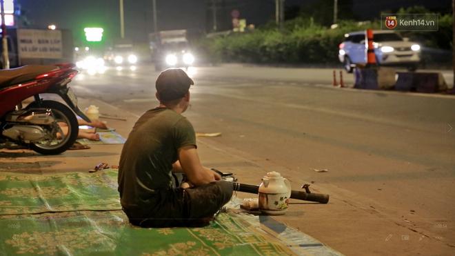 Cuộc sống 'màn trời chiếu đất' của những người hành nghề giác hơi ở Sài Gòn - Ảnh 1