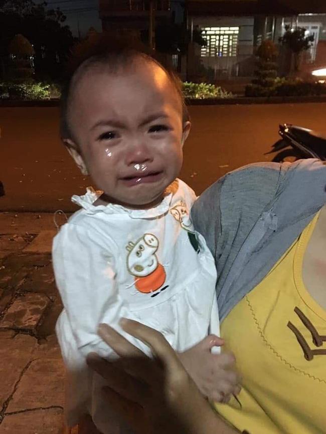 Bé gái 14 tháng tuổi khóc nức nở, ngơ ngác tìm mẹ sau khi bị bỏ rơi cùng bức thư nhờ nuôi hộ - Ảnh 1