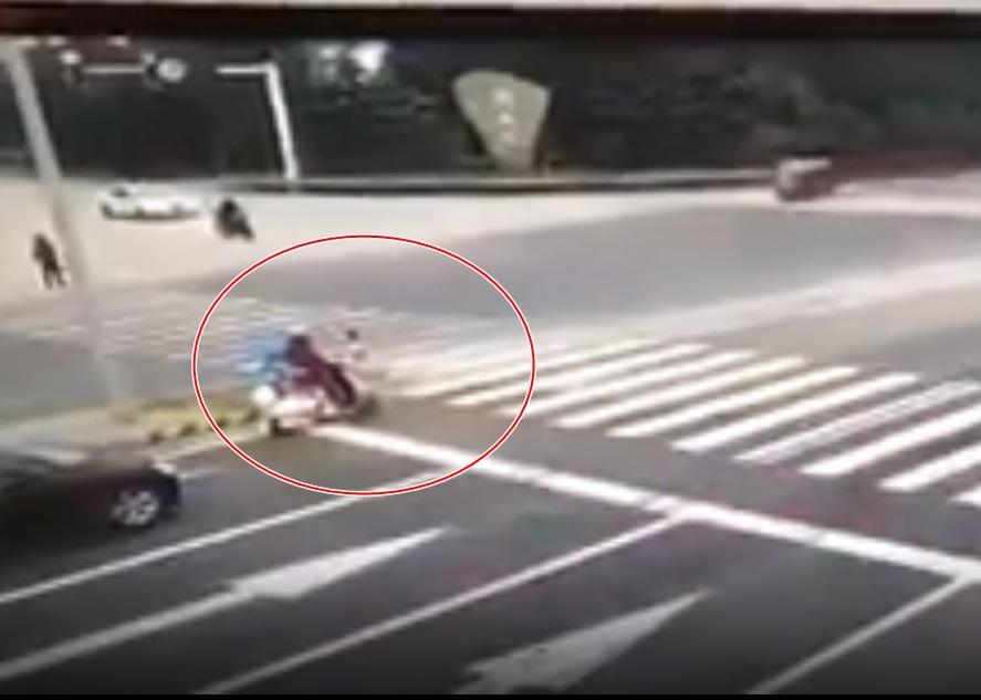 Clip: Hai mẹ con dừng đèn đỏ bị xe container chở gỗ đè chết thương tâm - Ảnh 1