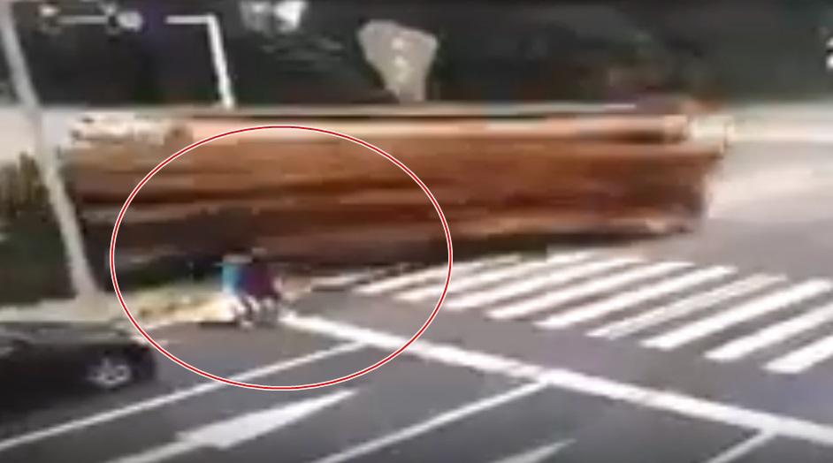 Clip: Hai mẹ con dừng đèn đỏ bị xe container chở gỗ đè chết thương tâm - Ảnh 2