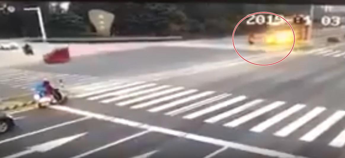 Clip: Hai mẹ con dừng đèn đỏ bị xe container chở gỗ đè chết thương tâm - Ảnh 3