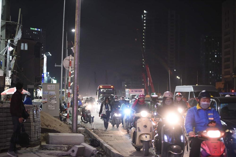 Nhà siêu mỏng chen nhau mọc lên trên đường Phạm Văn Đồng - Ảnh 1