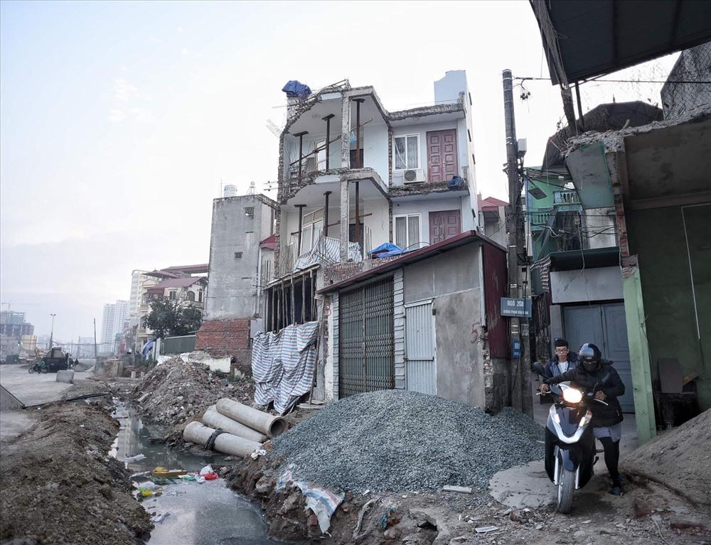 Nhà siêu mỏng chen nhau mọc lên trên đường Phạm Văn Đồng - Ảnh 7