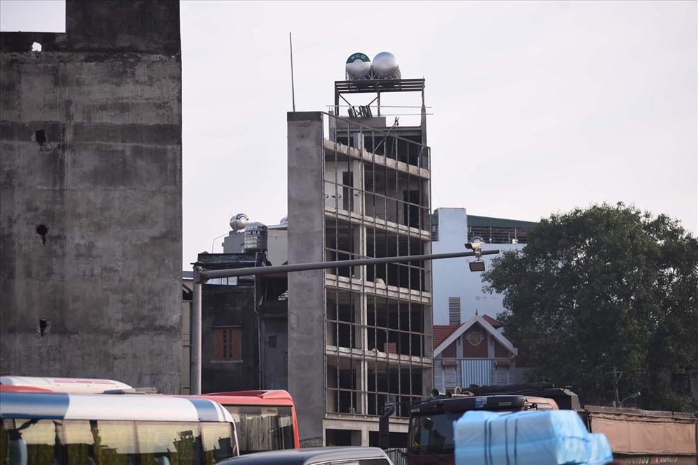 Nhà siêu mỏng chen nhau mọc lên trên đường Phạm Văn Đồng - Ảnh 9