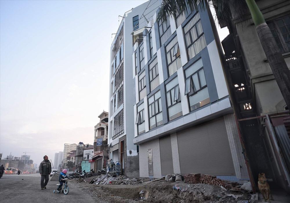 Nhà siêu mỏng chen nhau mọc lên trên đường Phạm Văn Đồng - Ảnh 10