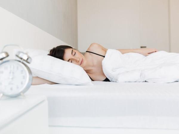 Những thói quen khi ngủ khiến làn da của bạn trở nên xấu xí - Ảnh 1