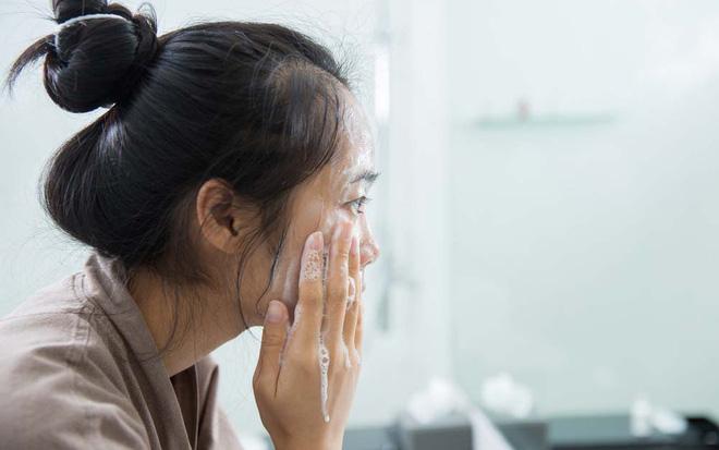Những thói quen khi ngủ khiến làn da của bạn trở nên xấu xí - Ảnh 2