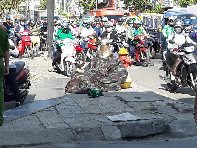 TP.HCM: Nam thanh niên nằm bất động vì bị miếng gỗ công trình rơi trúng đầu, nát mũ bảo hiểm - Ảnh 1