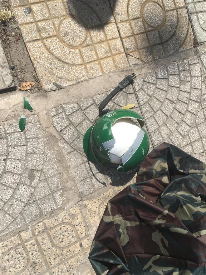 TP.HCM: Nam thanh niên nằm bất động vì bị miếng gỗ công trình rơi trúng đầu, nát mũ bảo hiểm - Ảnh 3