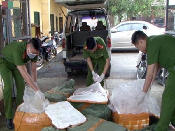 """Bắt giữ vụ vận chuyển 350 kg thực phẩm """"bẩn"""" - Ảnh 1"""