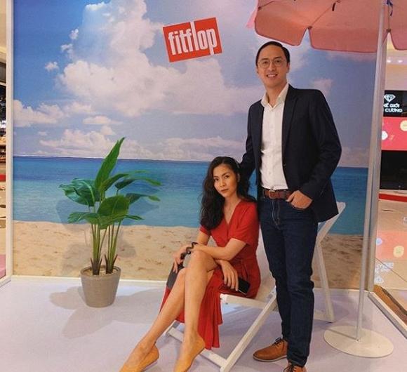Chồng Tăng Thanh Hà đăng ảnh chụp cùng vợ, nhưng 'người thứ ba' phía sau mới là nhân vật thu hút sự chú ý - Ảnh 2