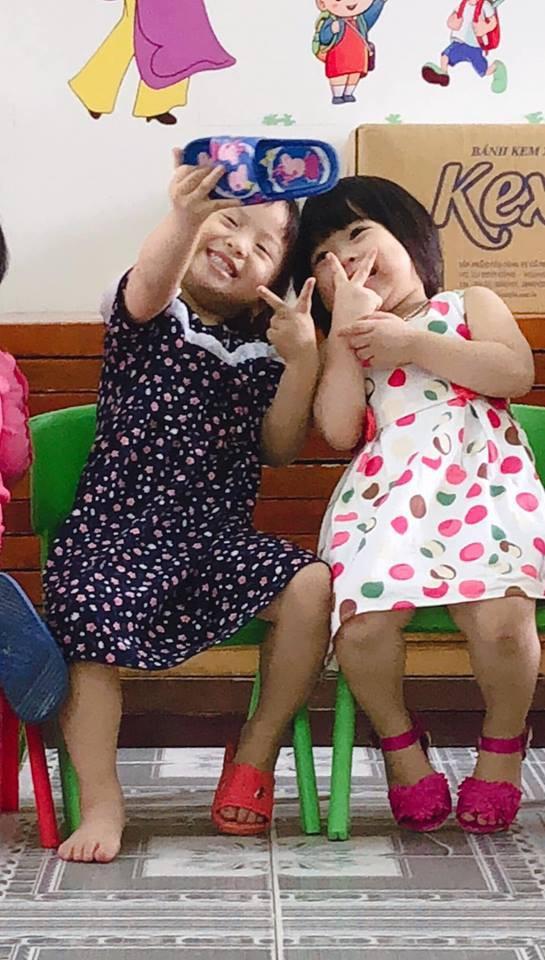 Khoảnh khắc hot MXH: 2 bé gái selfie bằng điện thoại... dép, dân mạng cười lăn lộn vì quá dễ thương - Ảnh 2