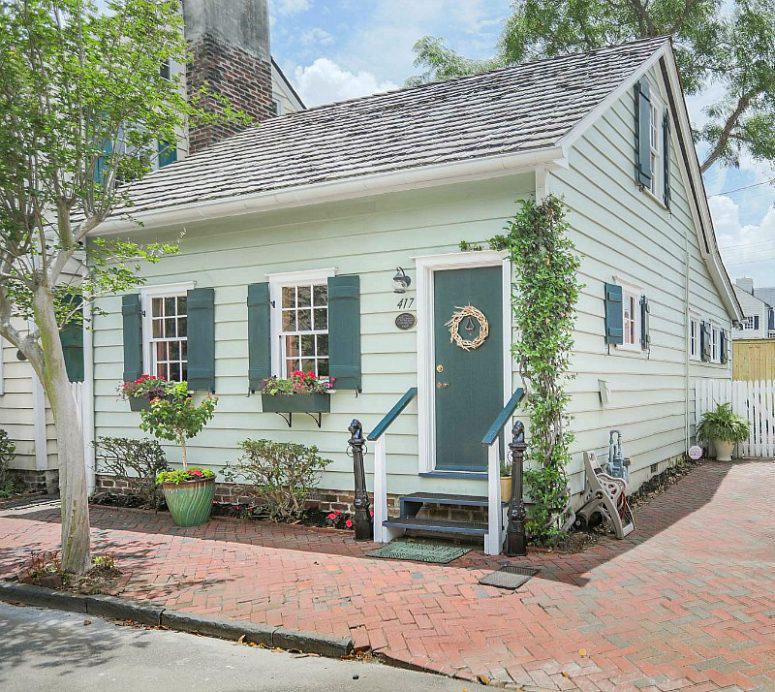 Ngôi nhà cấp 4 được xây từ 200 năm trước vẫn đẹp quyến rũ với ngoại thất màu xanh, nhìn bên trong mới thấy thật sự bất ngờ - Ảnh 1