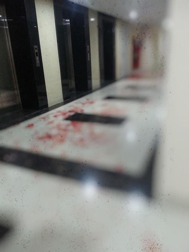 Hành lang chung cư ở Hà Nội bê bết máu vì cư dân đuổi chém nhau - Ảnh 2