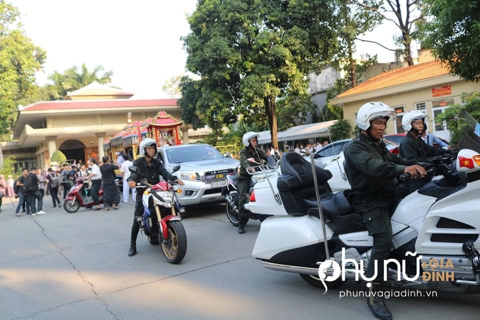 Cận cảnh dàn xe phân khối lớn dẫn đầu đoàn xe tang đưa nghệ sĩ Lê Bình về nơi an nghỉ - Ảnh 9
