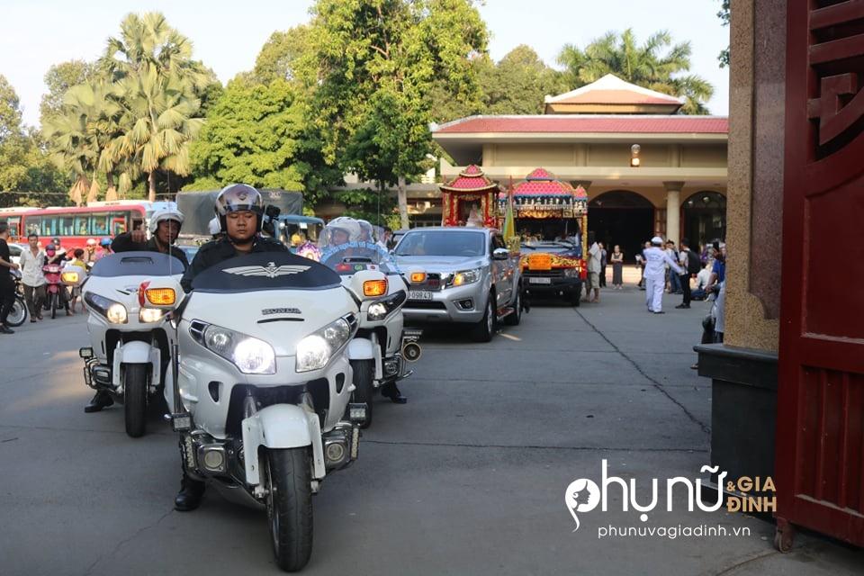 Cận cảnh dàn xe phân khối lớn dẫn đầu đoàn xe tang đưa nghệ sĩ Lê Bình về nơi an nghỉ - Ảnh 10