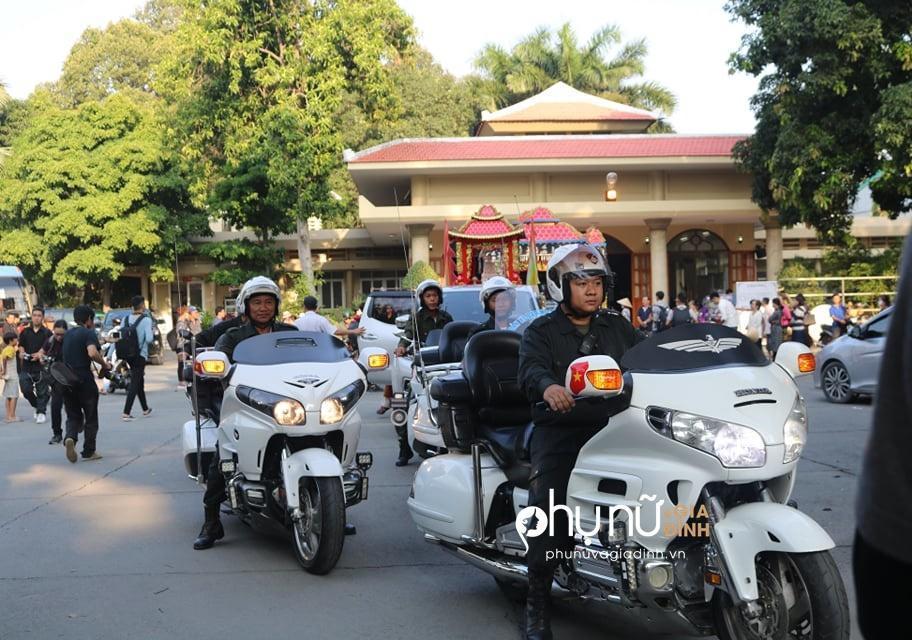 Cận cảnh dàn xe phân khối lớn dẫn đầu đoàn xe tang đưa nghệ sĩ Lê Bình về nơi an nghỉ - Ảnh 11