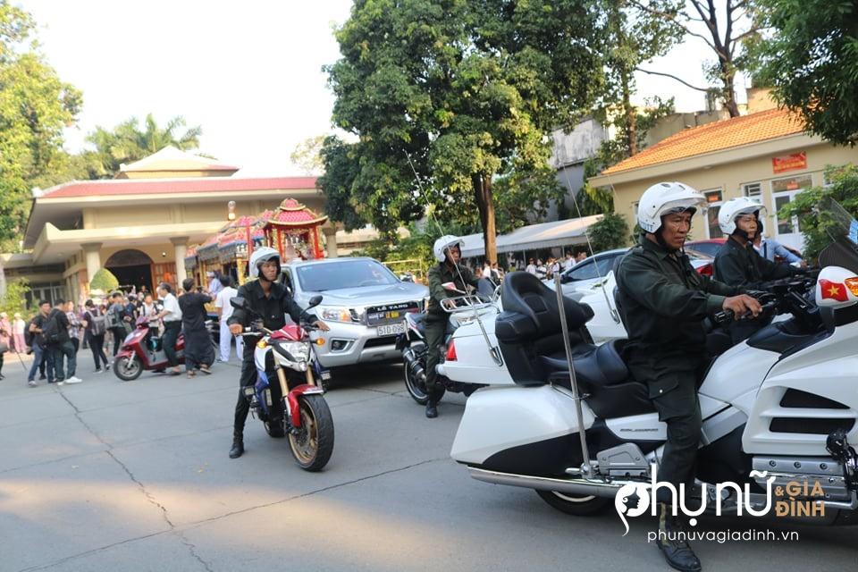 Cận cảnh dàn xe phân khối lớn dẫn đầu đoàn xe tang đưa nghệ sĩ Lê Bình về nơi an nghỉ - Ảnh 12