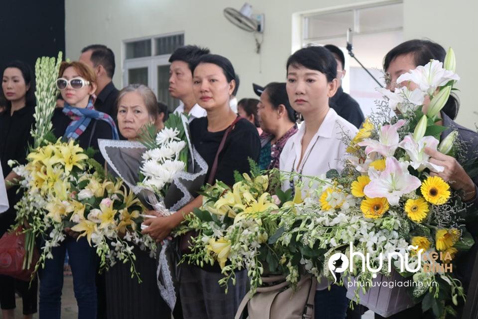Đồng nghiệp khóc nức nở giây phút tiễn đưa nghệ sĩ Lê Bình về nơi an nghỉ cuối cùng vào sáng nay - Ảnh 6