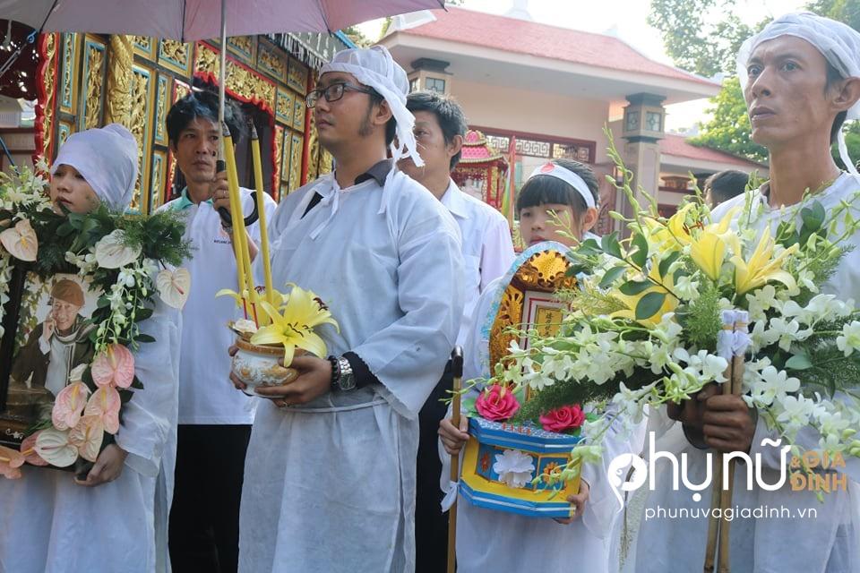 Đồng nghiệp khóc nức nở giây phút tiễn đưa nghệ sĩ Lê Bình về nơi an nghỉ cuối cùng vào sáng nay - Ảnh 8